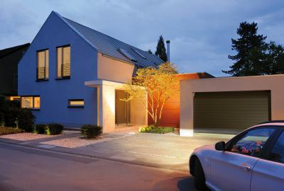 Szekcionált garázskapu és bejárati ajtó azonos stílusban - bejárat ötlet, modern stílusban