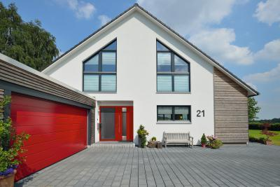 Bejárati ajtó és szekcionált garázskapu azonos színben - bejárat ötlet, modern stílusban