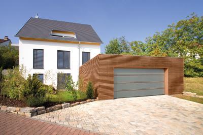 Modern megjelenésű szekcionált garázskapu - garázs ötlet, modern stílusban