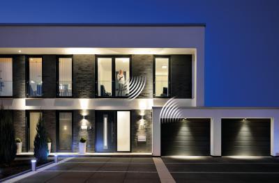 Távirányítással működő szekcionált garázskapu - bejárat ötlet, modern stílusban