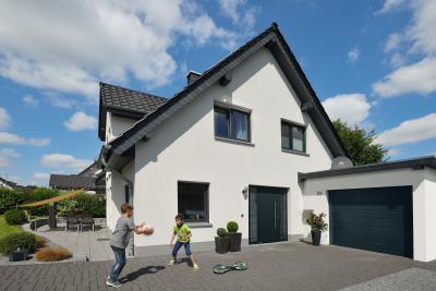 Egymással harmonizáló bejárati ajtó és garázskapu - garázs ötlet, modern stílusban