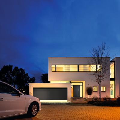 Bejárati ajtó és garázskapu azonos designnal - garázs ötlet, modern stílusban