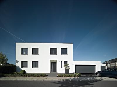 Az épület stílusához illő, szekcionált garázskapu - garázs ötlet, modern stílusban
