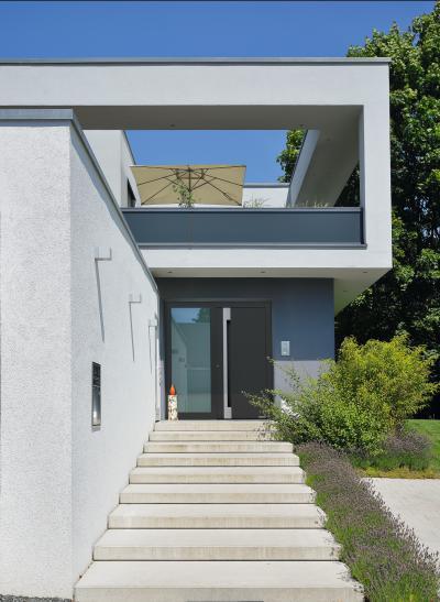 Modern bejárati ajtó üvegfallal - bejárat ötlet, modern stílusban
