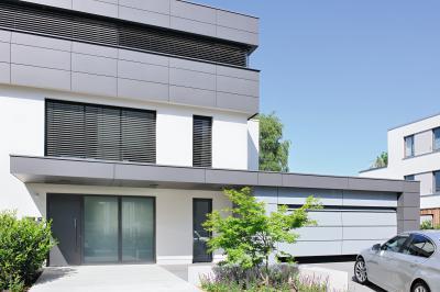 Színben és stílusban az épülethez illő szekcionált garázskapu - garázs ötlet, modern stílusban