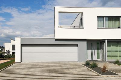 Modern épület szekcionált garázskapuval - garázs ötlet, modern stílusban