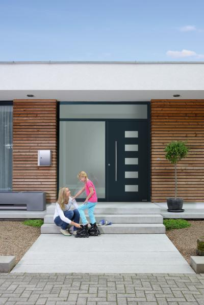 Elegáns bejárati ajtó üvegezéssel - bejárat ötlet, modern stílusban