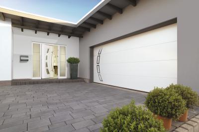 Szekcionált garázskapu azonos megjelenésű bejárati ajtóval - bejárat ötlet, modern stílusban