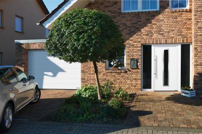 Klasszikus homlokzathoz illő szekcionált garázskapu és bejárati ajtó - bejárat ötlet, klasszikus stílusban