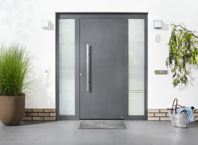 Bejárati ajtó üveg elemekkel - bejárat ötlet, modern stílusban