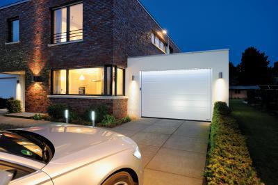Szekcionált garázskapu fehér színben - garázs ötlet, modern stílusban