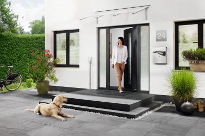 Bejárati ajtó üveg kiegészítőkkel - bejárat ötlet, modern stílusban