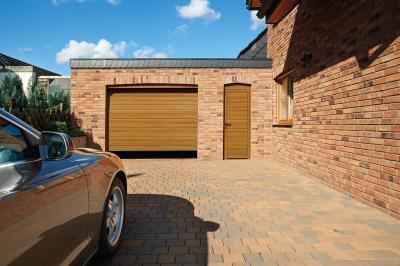 Homlokzathoz illő szekcionált garázskapu bejárati ajtóval - garázs ötlet, rusztikus stílusban