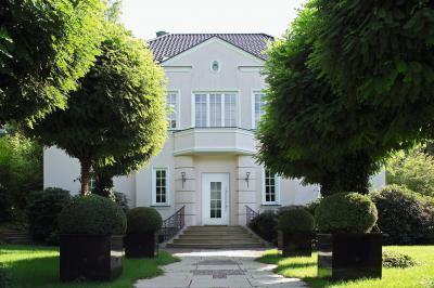 Klasszikus homlokzat fehér bejárati ajtóval - bejárat ötlet, klasszikus stílusban