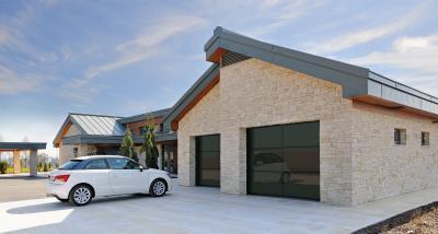Szekcionált garázskapu látványos felülettel - garázs ötlet, modern stílusban