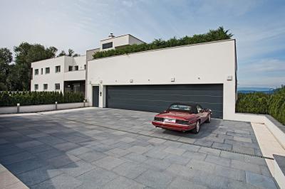 Szekcionált garázskapu dupla bejáróhoz - garázs ötlet, modern stílusban