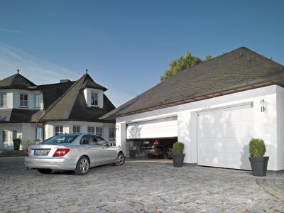 Szekcionált garázskapu fehérben - garázs ötlet, modern stílusban