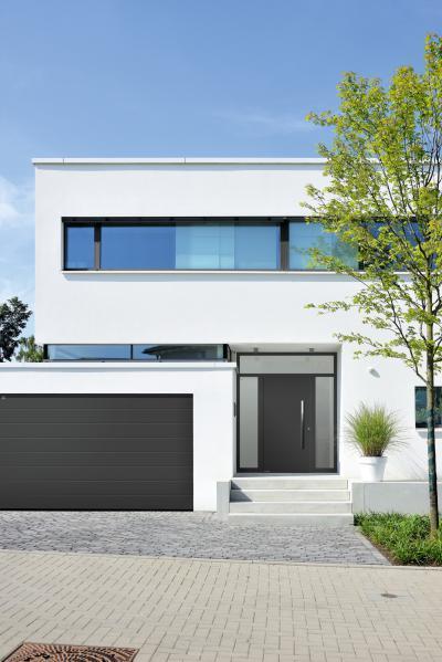 Szekcionált garázskapu és bejárati ajtó azonos designnal - garázs ötlet, modern stílusban