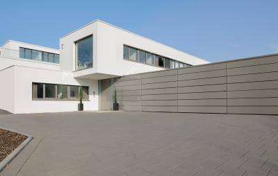 A kerítéssel összhangba hozott bejárati ajtó - bejárat ötlet, modern stílusban