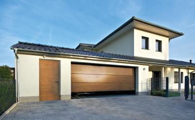 Szekcionált garázskapu fa borítással - garázs ötlet, modern stílusban