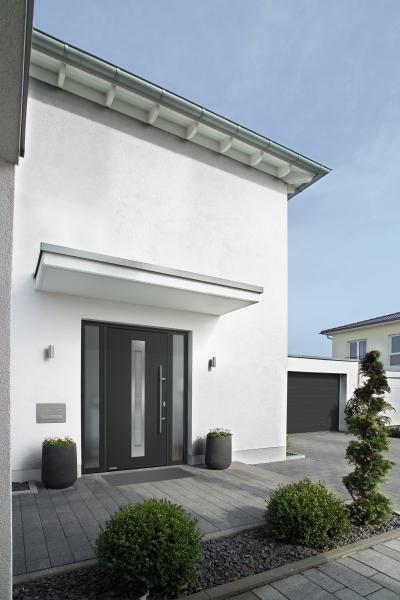 Bejárati ajtó kétoldali bevilágítóval - bejárat ötlet, modern stílusban