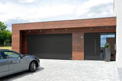 Azonos megjelenésű szekcionált garázskapu és bejárati ajtó - garázs ötlet, modern stílusban