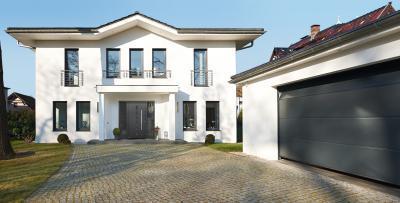 Klasszikus épület hozzá illő garázskapuval és bejárati ajtóval - garázs ötlet, klasszikus stílusban