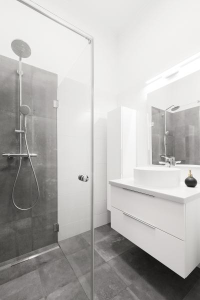 Épített zuhanyfülke üvegfallal - fürdő / WC ötlet, modern stílusban