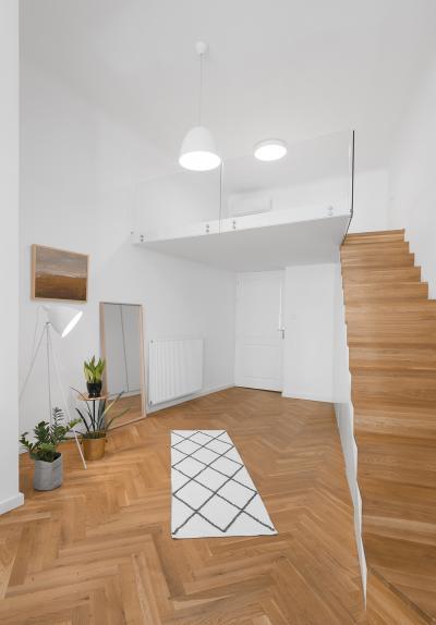 Nappali üvegkorlátos galériával - nappali ötlet, modern stílusban