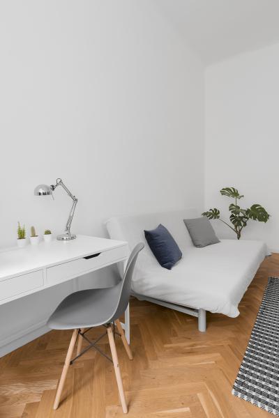 A fehér és natúr színek a nappaliban - nappali ötlet, modern stílusban