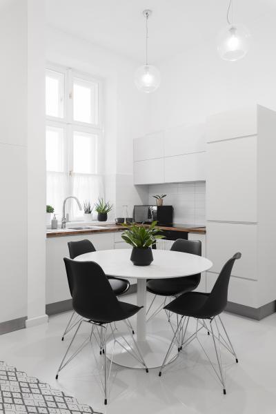 Fehér és fekete a konyhában - konyha / étkező ötlet, modern stílusban