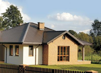 Modern lakóház cserepeslemez tetővel - tető ötlet, modern stílusban