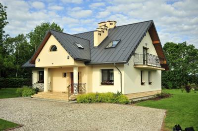 Klasszikus jellegű épület cserepeslemez tetővel - tető ötlet, klasszikus stílusban