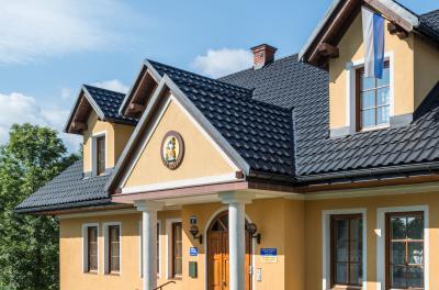 Hagyományos megjelenésű lakóház cserepeslemez tetővel - tető ötlet, klasszikus stílusban