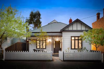 Kicsi ház alacsony kerítéssel - homlokzat ötlet, klasszikus stílusban