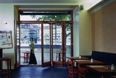 Harmonikában nyíló üvegajtó - bejárat ötlet, modern stílusban