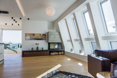 A tető vonalát követő tetőablakok - nappali ötlet, modern stílusban