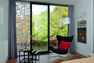 Üvegajtó és üvegfal a nappaliban - nappali ötlet, modern stílusban