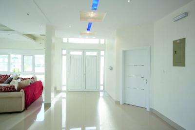 Üveggel övezett bejárati ajtó - bejárat ötlet, modern stílusban