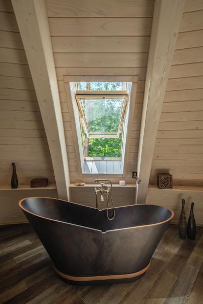 Sok fény tetőtéri ablakkal - fürdő / WC ötlet, rusztikus stílusban