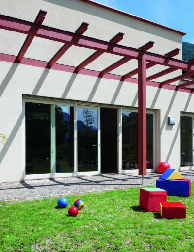 Ablakok és ajtó egybeépítve - erkély / terasz ötlet, modern stílusban
