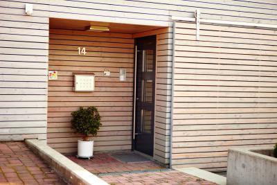 Elegáns, üvegezett bejárati ajtó - bejárat ötlet, modern stílusban