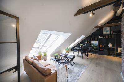 Sok fény tetőtéri ablakkal - tetőtér ötlet, modern stílusban