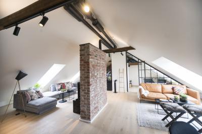 Világos nappali tetőtéri ablakokkal - nappali ötlet, modern stílusban