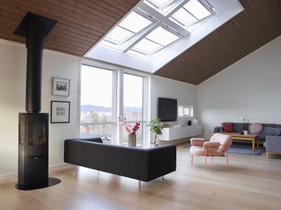 Látványos tetőtéri ablak a nappaliban - nappali ötlet, modern stílusban