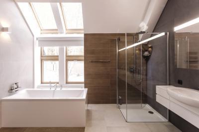 Fürdőszoba tetőtéri ablakkal - fürdő / WC ötlet, modern stílusban