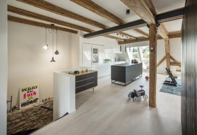 Tágas tetőtér nagy ablakkal - nappali ötlet, modern stílusban