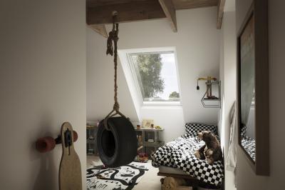 Gyerekszoba nagy tetőtéri ablakkal - gyerekszoba ötlet, modern stílusban