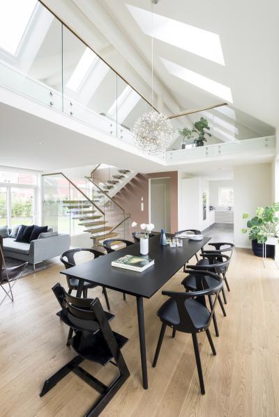 Nagy belmagasság a tetőtérben sok ablakkal - konyha / étkező ötlet, modern stílusban