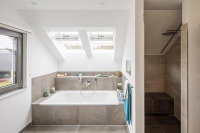 Fürdőszoba nagy tetőtéri ablakokkal - fürdő / WC ötlet, modern stílusban